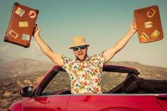 Roligt manlopp med bilen i bergen royaltyfria bilder