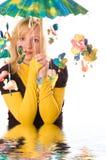 roligt paraplykvinnabarn Fotografering för Bildbyråer