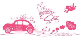 Roligt rosa bröllopkort med släpande cans för retro bil, ängel och Royaltyfria Foton