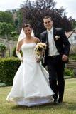 roligt running bröllop för par Arkivbild