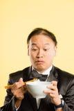 Bakgrund för guling för definition för kick för rolig manstående verkligt folk royaltyfri fotografi