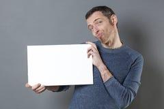 Roligt seende manförhör vad han visar på hans kopieringsutrymmebaner Arkivbild
