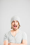 Bakgrund för grå färg för definition för kick för rolig manstående verkligt folk arkivbilder