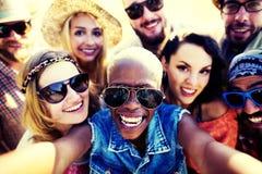 Roligt Selfie för olika vänner för folkstrandsommar begrepp royaltyfri bild