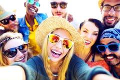 Roligt Selfie för olika vänner för folkstrandsommar begrepp Fotografering för Bildbyråer