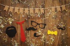 roligt skägg, exponeringsglas, mustasch, band och pilbåge Father& x27; s-dagbegrepp Royaltyfri Foto