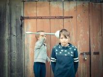 Roligt spela för pojkar med toalettpumpen royaltyfri fotografi