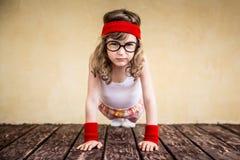 Roligt starkt barn arkivbilder
