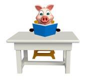 roligt svintecknad filmtecken med böcker; tabell och stol Arkivfoton