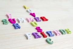 Roligt tecken för bokstavskorsordpussel Arkivfoto