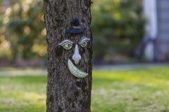 Roligt träd med den mänskliga framsidan Arkivfoto