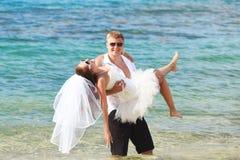 roligt tropiskt bröllop arkivfoton