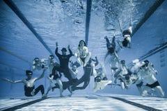 Roligt undervattens- gruppskott av personalen och idrottsman nen av 2014 Fr Royaltyfri Foto