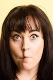 Backgroun för gräsplan för definition för kick för rolig kvinnastående verkligt folk arkivfoto