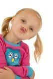 Roligt uttryck av en flicka som rynkar hennes kanter royaltyfri bild