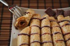 Rolka blin z czekolad? na talerzu zdjęcie royalty free