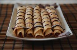 Rolka blin z czekolad? na talerzu zdjęcia royalty free