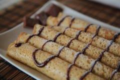 Rolka blin z czekolad? na talerzu zdjęcie stock