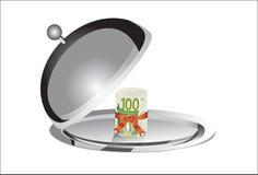 Rolka 100 euro banknotów na srebnym talerzu pod jedzenie pokrywą Obrazy Stock