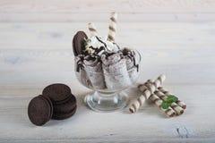 Rolka lody z zdruzgotanymi czekoladowymi ciastkami Świeży smażący ic zdjęcie royalty free