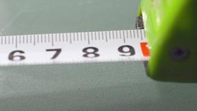 Rolka pomiarowa taśma na białym tle - makro- zdjęcie wideo