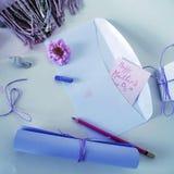 Rolka pozafioletowy papier, biała koperta, czerwony ołówek i pastelowa kredka dla gratulacj na Macierzystym ` s dniu, Fotografia Royalty Free