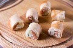 Rolki ciency bliny z uwędzonym łososiem i kremowym serem na talerzu zdjęcia royalty free