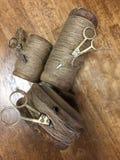Rolki konopiane arkany i metali nożyce Zdjęcie Stock