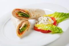 Rolki od pita chleba faszerowali z sałatkowym serowym baleronem i warzywami Obraz Stock