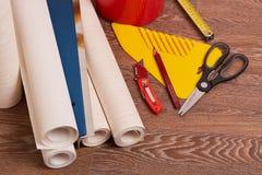 Rolki tapety i różnorodni narzędzia dla wallpapering zdjęcia stock