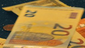 Rolki wideo spada puszka euro papierowy pieniądze na czarnym stole zdjęcie wideo