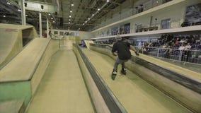 Rolkowa łyżwiarka obraca skok na trampolinie ale nie udać się, ekstremum Rywalizacja w skatepark zbiory
