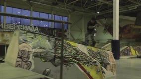 Rolkowa łyżwiarka plecy rolka na ogrodzeniu z przecinającymi ciekami trampolina ekstremum Rywalizacja w skatepark zbiory wideo