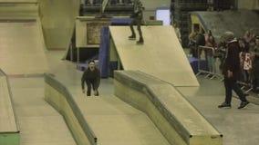 Rolkowa łyżwiarka robi ekstremum 360 trzepnięciu w powietrzu Przejażdżka na ogrodzeniu trampolina Rywalizacja w skatepark zdjęcie wideo