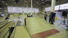 Rolkowa łyżwiarka robi saltu na trampolinie, gubi równowagę, spadek ekstremum Rywalizacja w skatepark zbiory wideo