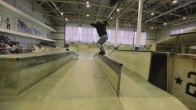 Rolkowa łyżwiarka robi zgrzytnięciu na ogrodzeniu ekstremum sztuczka Rywalizacja w skatepark kombinezon trampoliny zbiory