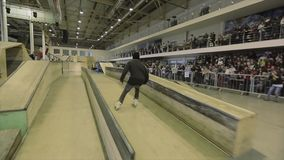 Rolkowa łyżwiarka robi zgrzytnięciu na trampolinie z przecinającymi ciekami ekstremum sztuczka Rywalizacja w skatepark zdjęcie wideo