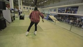 Rolkowa łyżwiarka skacze dotyk stopę w powietrzu, obruszenie na trampolinie ekstremum Rywalizacja w skatepark zdjęcie wideo