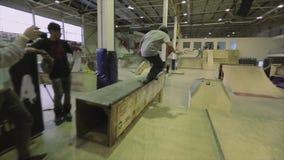 Rolkowa łyżwiarka skacze od jeden trampoliny na inny failing ekstremum Rywalizacja w skatepark zdjęcie wideo