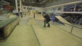 Rolkowa łyżwiarka skacze od jeden trampoliny na inny failing ekstremum Wyzwanie w skatepark zbiory