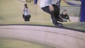 Rolkowa łyżwiarka w kapeluszu robi mono obruszeniu, chwyt stopa na trampolinie ekstremum Rywalizacja w skatepark zbiory wideo