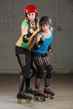 Rolkowe derby łyżwiarki w Wskazywać palec Zdjęcie Royalty Free