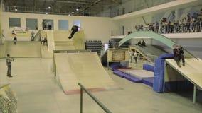 Rolkowego łyżwiarka chwyta prości cieki w powietrzu trampolina ekstremum sztuczka Rywalizacja w skatepark zbiory