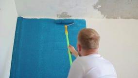 Rolkowego koloru biała tapeta w zmroku - błękit zbiory
