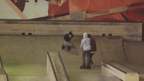 Rolkowy łyżwiarki obruszenie na krawędzi trampolina, trzepnięcie w powietrzu na konkursie w skatepark wyzwanie ekstremum zbiory wideo