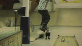 Rolkowy łyżwiarki zgrzytnięcie na dwa trampolinach Przecinający cieki ekstremum sztuczka Rywalizacja w skatepark zbiory wideo