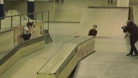Rolkowy łyżwiarki zgrzytnięcie na ogrodzeniu Robi trzepnięciu trampolina ekstremum sztuczka Rywalizacja w skatepark zbiory