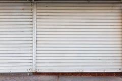 Rolkowy żaluzi drzwi zamknięte sklep żaluzje obraz royalty free