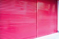 Rolkowy metalu drzwi dla samochodowej windy w budynku Obrazy Royalty Free