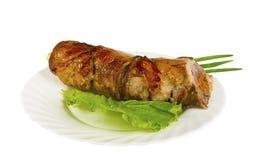 Rollè del cinghiale con le albicocche secche sul piatto, isolato Fotografia Stock